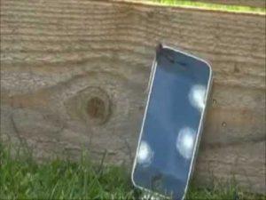 Come distruggere un vecchio smartphone (VIDEO)