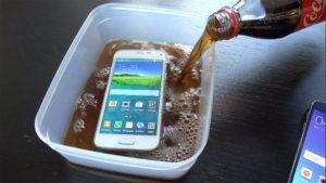 Cosa succede se si immerge un Galaxy S5 nella Coca Cola e si congela? (VIDEO)