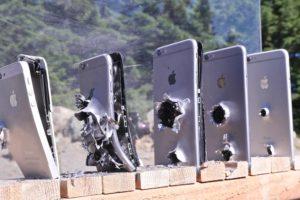 Quanti iphone servono per fermare un proiettile Ak 74? (VIDEO)
